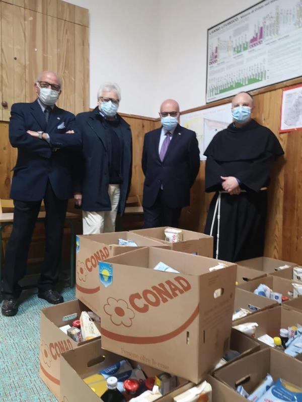 images Il Lions Club Catanzaro Mediterraneo dona pacchi spesa per le famiglie disagiate