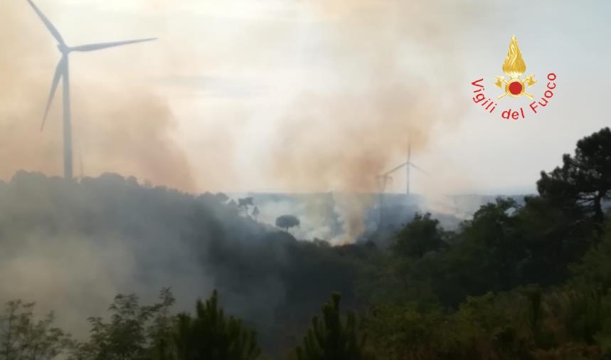 images Caraffa, incendio vicino al parco eolico arriva fino a Catanzaro: non ci sono danni (VIDEO)