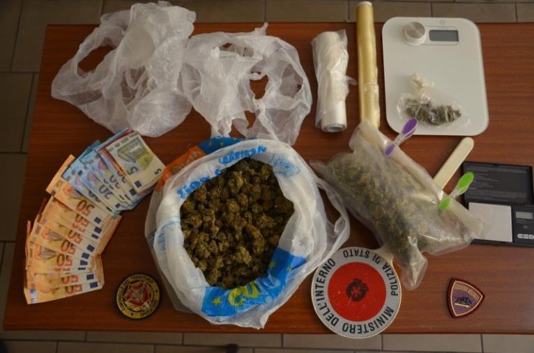 images Crotonese agli arresti domiciliari nascondeva marijuana in casa: arrestato dalla Polizia