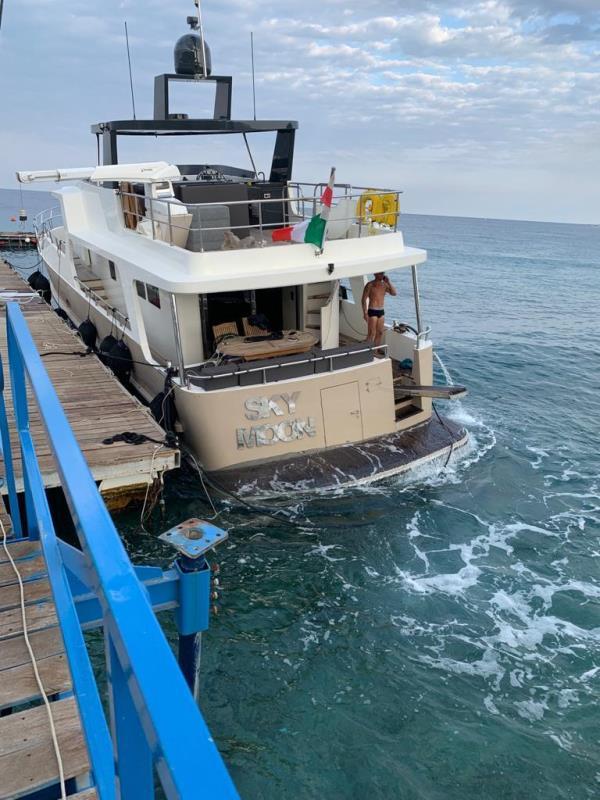 images Soverato. Yacht rischia di affondare: in 5 salvati da Capitaneria di porto e Cantiere Nautico Blue Marine