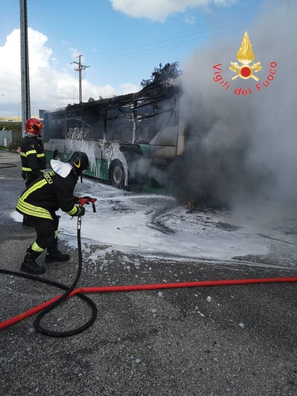 images Catanzaro. In fiamme un autobus di linea in sosta alla Cittadella: illeso il conducente