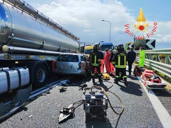 images Lamezia Terme. Incidente sull'autostrada: due feriti