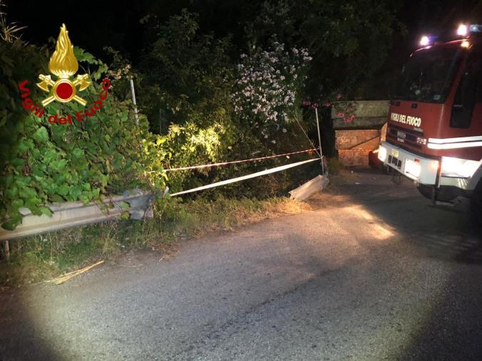 images Incidente nel Lametino: un'auto va fuori strada, passeggeri feriti lievemente