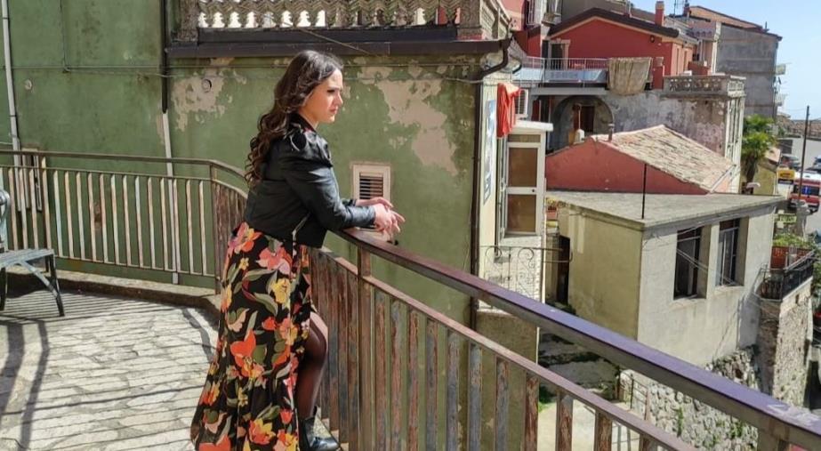 """""""L'ultimo ballo d'estate"""" è di Annamaria Falbo: la cantante di Sersale ha iniziato le riprese per il suo primo singolo"""