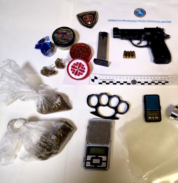 """images Crotone. Coppia """"insospettabile"""" arrestata per spaccio: trovata anche una pistola in casa"""