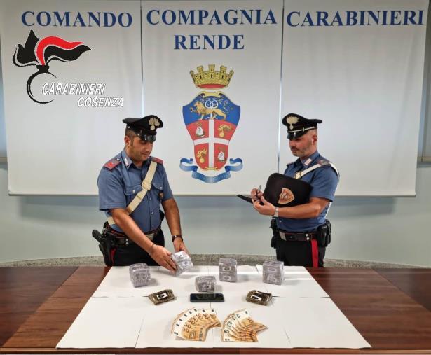 images Rende. Scoperti dai carabinieri con droga nell'auto: arrestati un 50enne e un 46enne