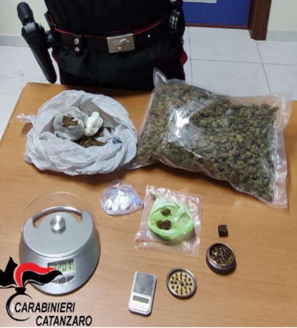 images Catanzaro. In auto con oltre mezzo chilo di droga: 42enne arrestato
