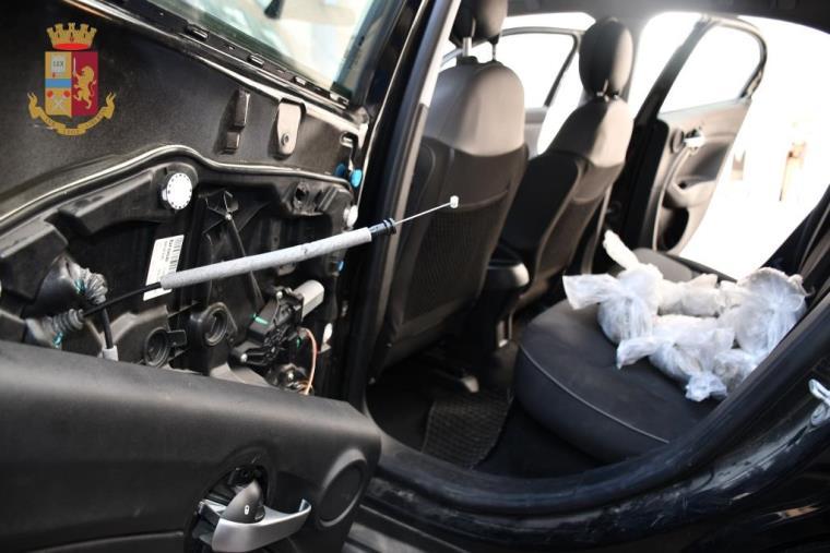 images Reggio Calabria, viaggiava in auto con un chilo di marijuana e documenti falsi: arrestato un 43enne