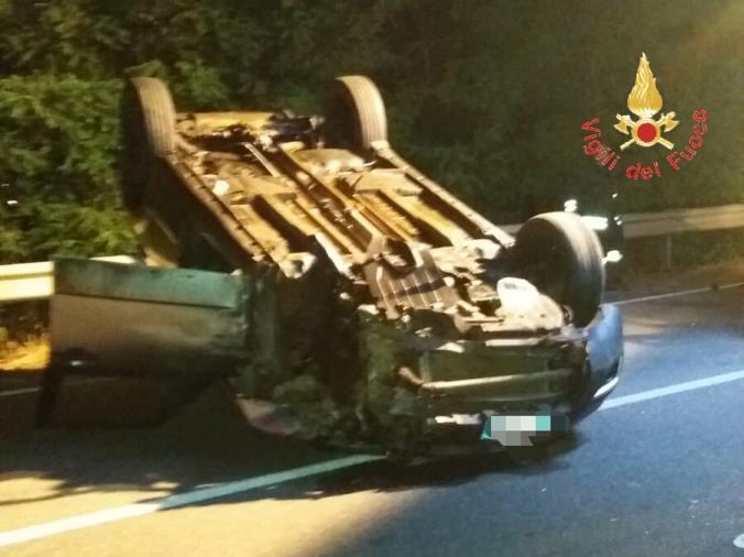 images Incidente sulla SS 18: perde il controllo dell'auto, urta contro il guardrail e si ribalta
