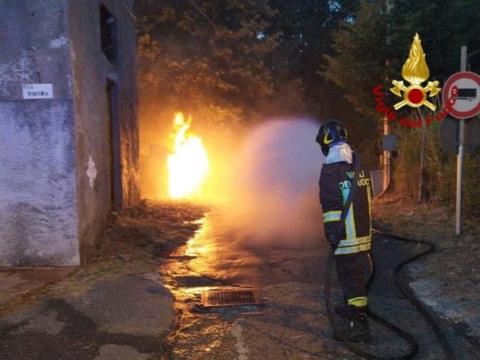 images Settingiano, incendio vicino al cimitero: Vigili del Fuoco in azione