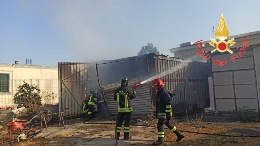 images Crotone, incendio in un magazzino: distrutti 4 ciclomotori