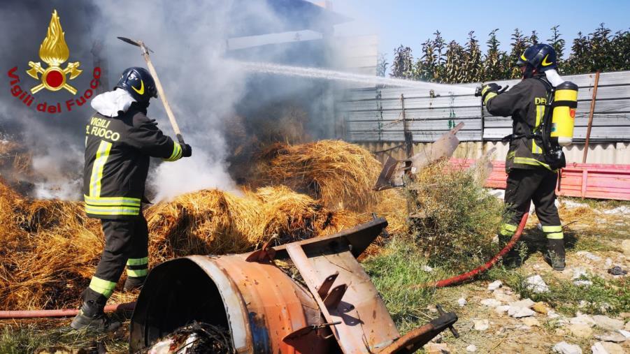 images Crotone, incendio fienile in località Vermica