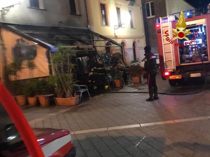 images Bar in fiamme a Girifalco, distrutta la veranda e i tavolini: non si esclude l'incendio doloso