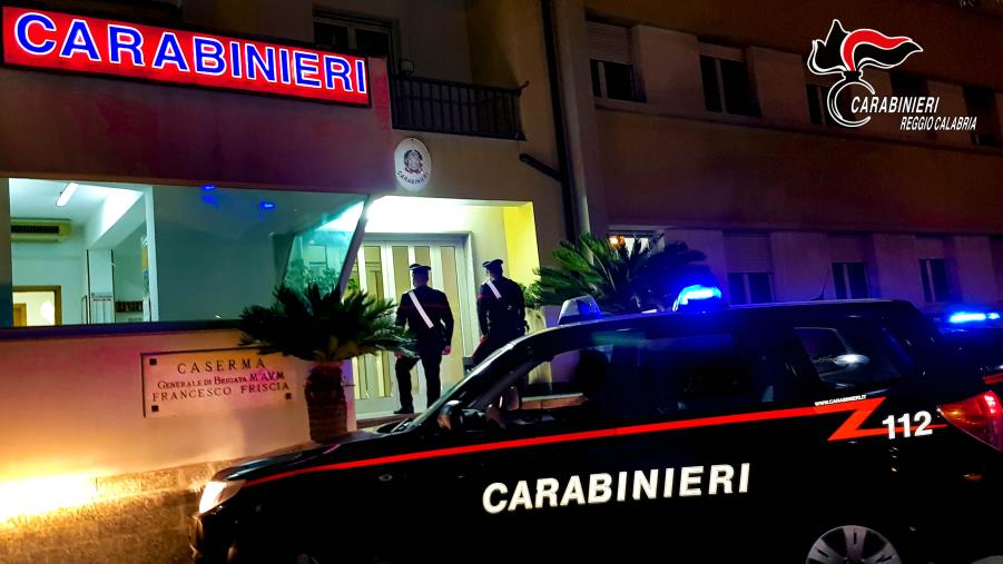 images Panico a Bianco, nigeriano a spasso con un coltello minaccia abitanti e carabinieri: arrestato