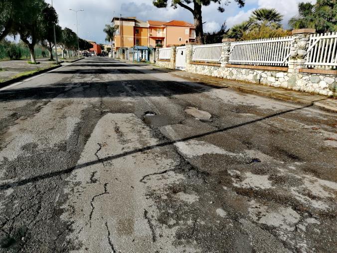 """images Lamezia Terme. """"Quartiere Capizzaglie"""" denuncia """"le pessime condizioni del manto stradale"""" (FOTO)"""