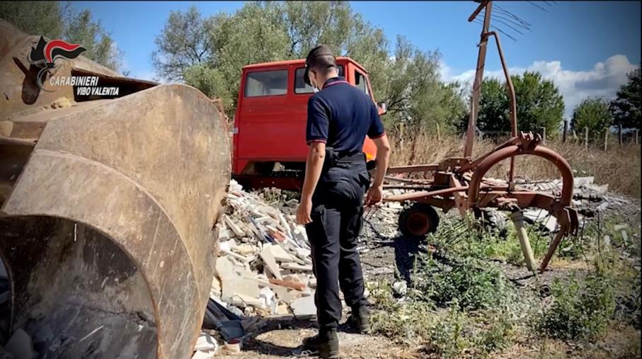 images Calcinacci, rifiuti, lapidi: bonificata un'azienda a Stefanaconi