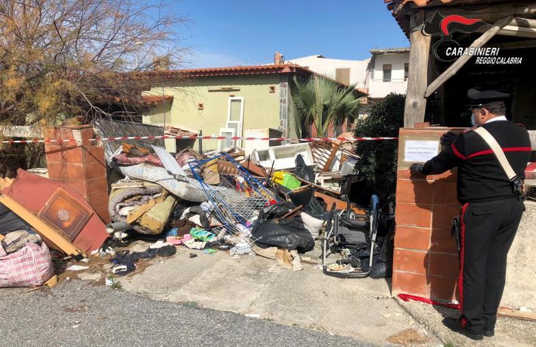 images San Ferdinando. Sequestrata una discarica abusiva di rifiuti: denunciato un 60enne