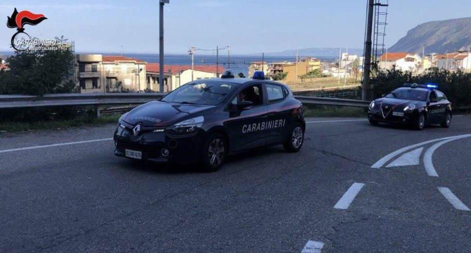 images Portano la spesa ad un'anziana costretta a casa: l'impegno dei carabinieri di Caulonia Marina a tutto tondo