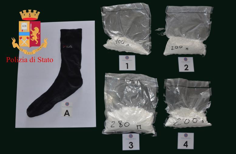 images Cocaina nascosta in un calzino sotto il sedile lato passeggero dell'auto, un arresto a Gioia Tauro