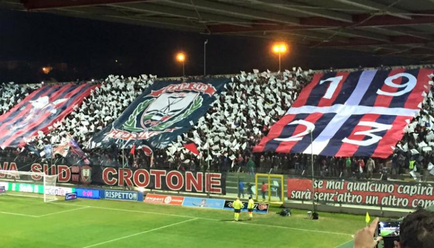 images Al botteghino i giocatori del Crotone offrono la colazione ai tifosi