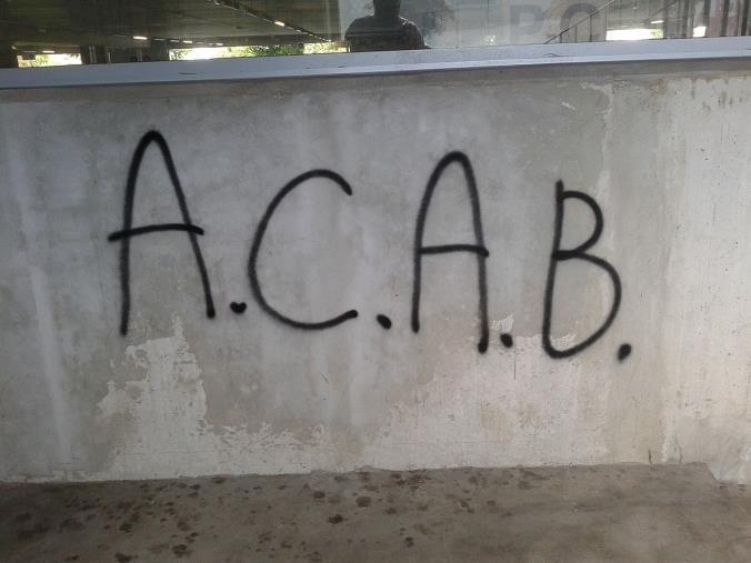 """images """"Acab"""" sul muro della caserma dei carabinieri di Scilla: aperte le indagini"""