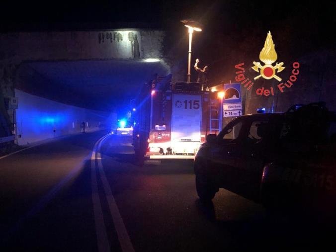 images Cadono calcinacci all'ingresso della galleria Ponte Grande: intervento dei Vigili del Fuoco