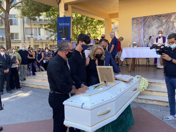images Addio a Simona: in migliaia al funerale della 20enne di Soverato tra lacrime e rabbia (VIDEO)