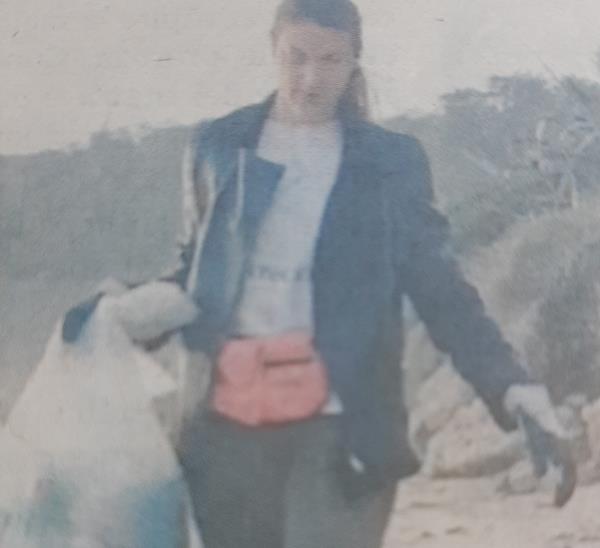"""images Elena Parisi ripulisce da sola la spiaggia di Le Castella. L'amministrazione comunale: """"Merita un encomio"""""""