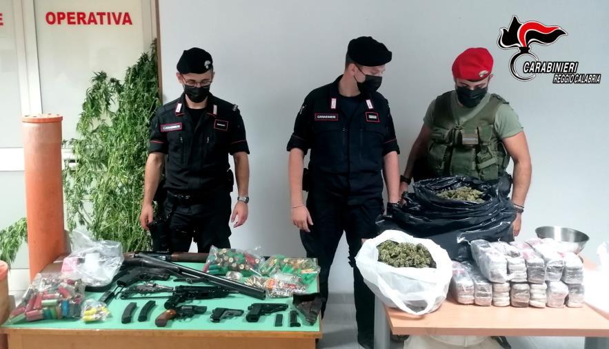 images Bianco, i carabinieri arrestano padre e figli: armi e droga nella fattoria di famiglia