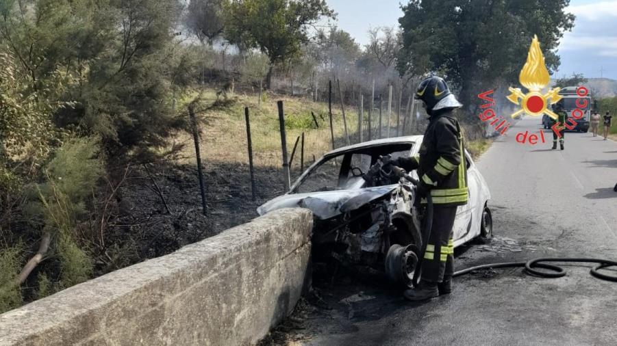 images Un'auto finisce contro il muretto di una scarpata a Melissa: un morto e un ferito