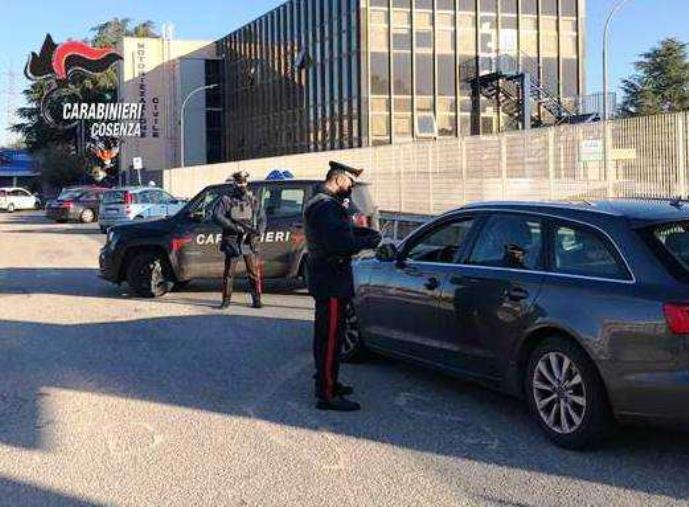 images Cosenza. La vittima non paga un debito, gli rubano la macchina e lo truffano: 3 arresti