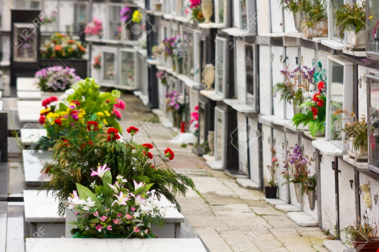 images Tropea, dopo il divieto di camminare a torso nudo quello di non deporre fiori freschi al cimitero