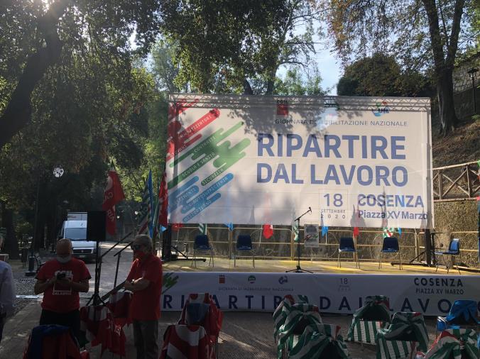 """images """"Ripartire dal lavoro"""", mobilitazione nazionale Cgil, Cisl, Uil oggi a Cosenza. Apre la manifestazione Tonino Russo"""