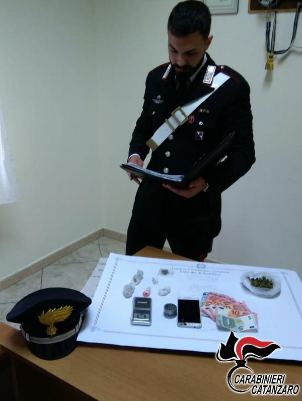 Squillace. Nascondeva in casa marijuana per spacciarla: arrestato un 23enne