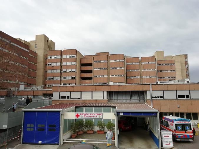 images La corsa al vaccino: ressa questa mattina davanti all'ospedale di Reggio Calabria
