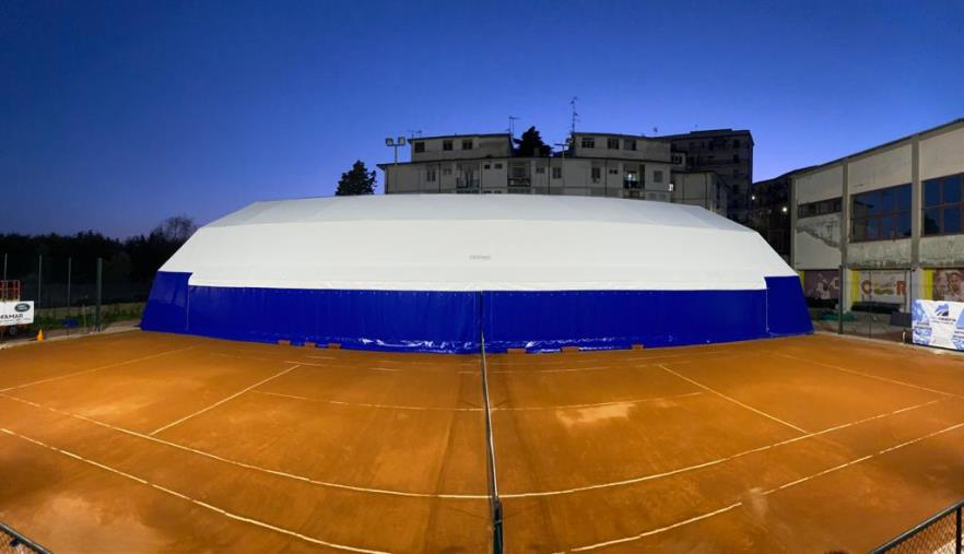 images La Calabria Swim Race presenta la copertura di un campo da tennis nella struttura 'Silvio Giancotti'
