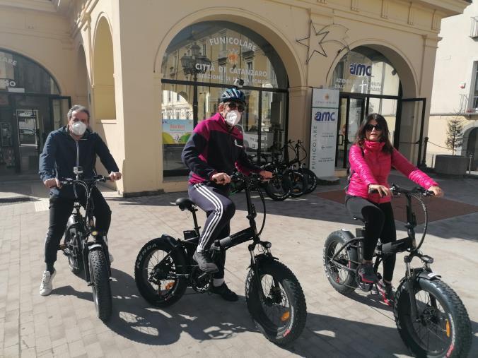images Bike rent a Catanzaro. I primi utenti a utilizzare il nuovo servizio dell'Amc