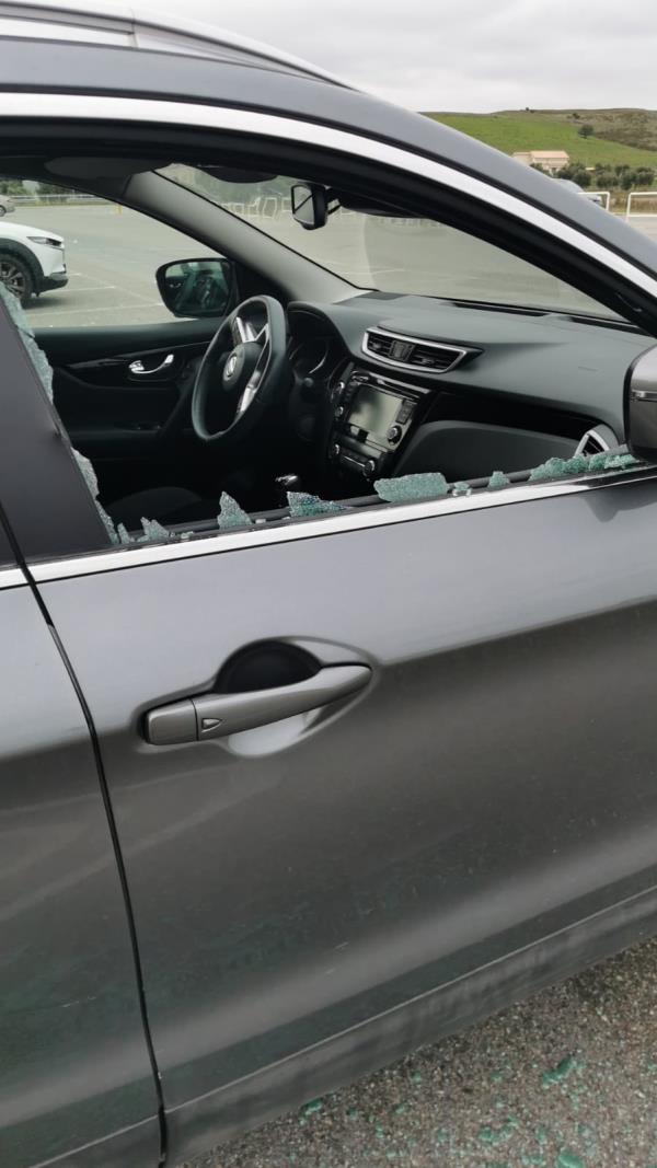 images Cittadella regionale. Auto in sosta saccheggiate dai ladri: parcheggiare è diventato un rischio  (FOTO E VIDEO)