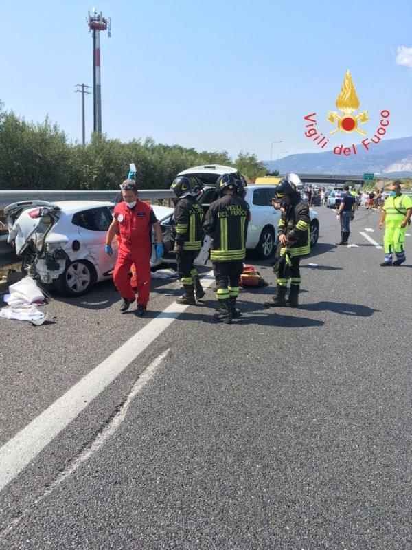 images Incidente con tre auto sull'A2 del Mediterraneo dopo lo svincolo di Lamezia: uno dei feriti elitrasportato