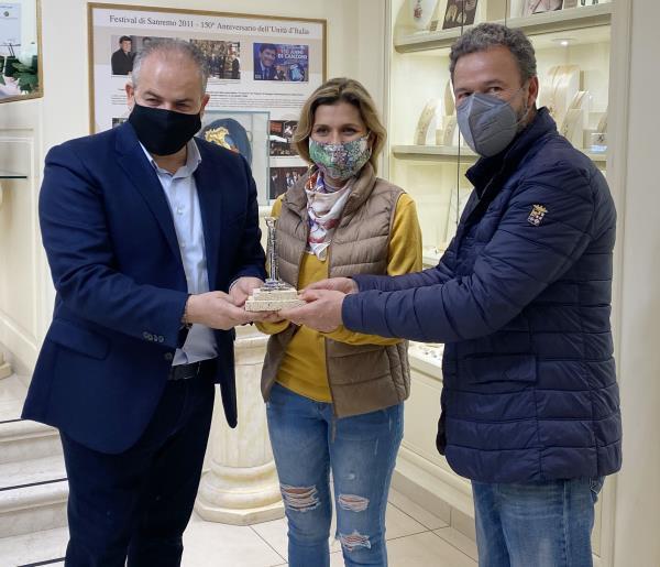 """images Il maestro orafo Affidato accoglie a Crotone la famiglia Irigoyen in giro per il mondo  """"esportando"""" messaggi di pace"""