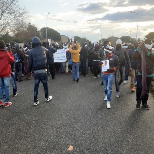 images La protesta dei braccianti della Piana: tolto il blocco del traffico dopo l'incontro con il sindaco di Gioia Tauro