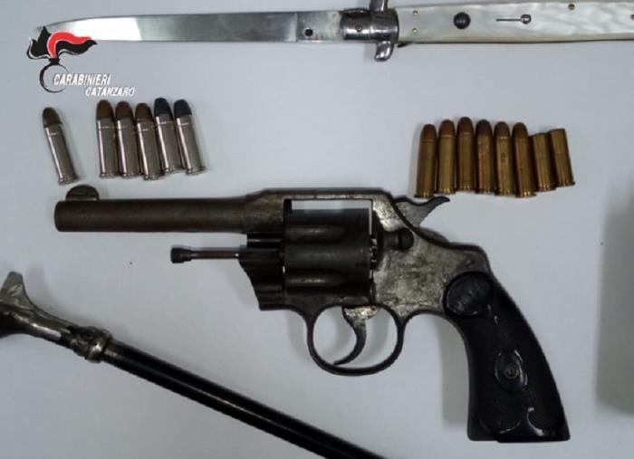 images Lamezia Terme, deteneva revolver clandestino e svariate munizioni: arrestato