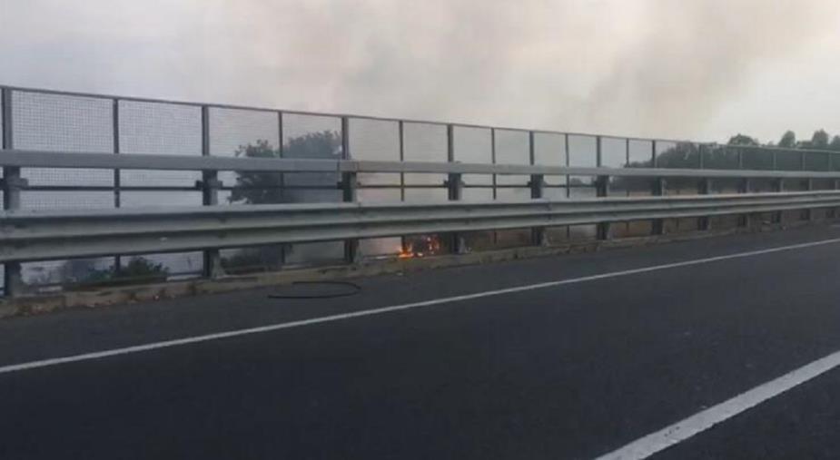 images Ennesimo incendio sulla Statale 106 nei pressi di Copanello (VIDEO)