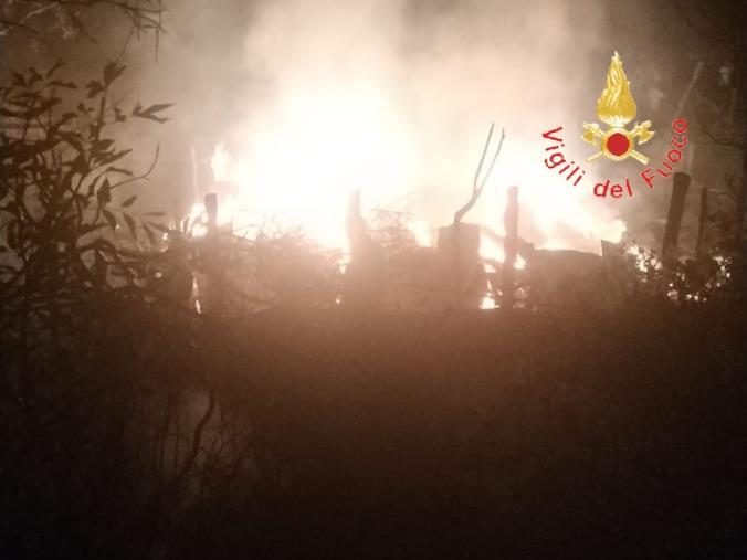 images Distrutto dalle fiamme un fienile a Magisano