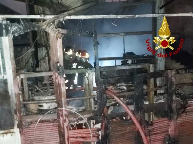 images Chiaravalle centrale. In fiamme un deposito di materiale per carpenteria