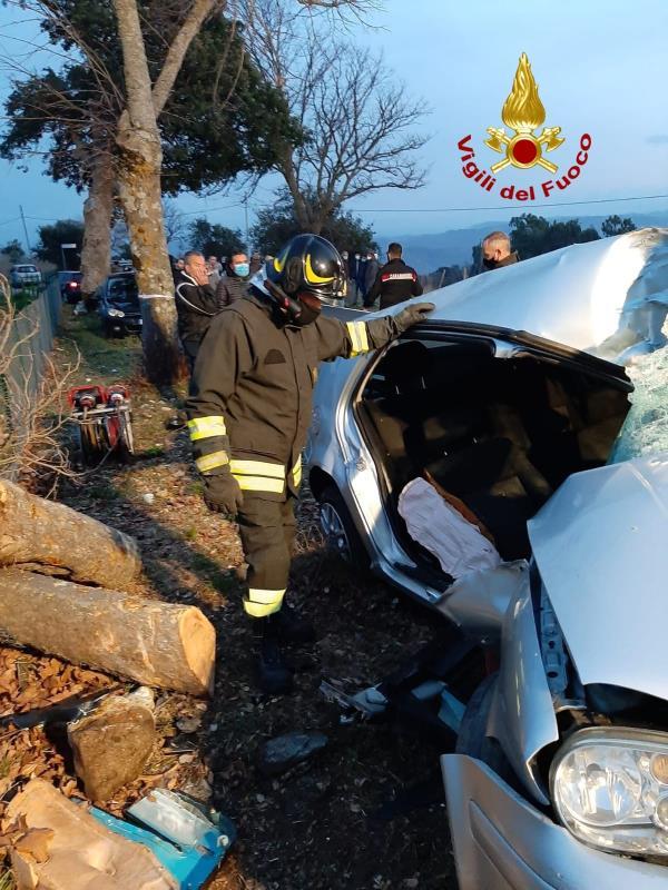 images Auto contro un albero a Tiriolo: ferito un 32enne