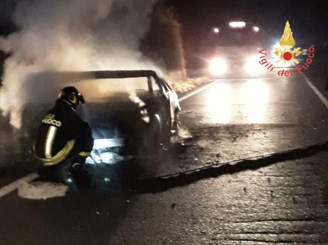 images Martirano, auto in fiamme sulla provinciale: autisti illesi