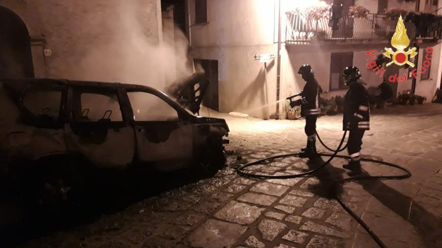 images In fiamme un'auto a Chiaravalle