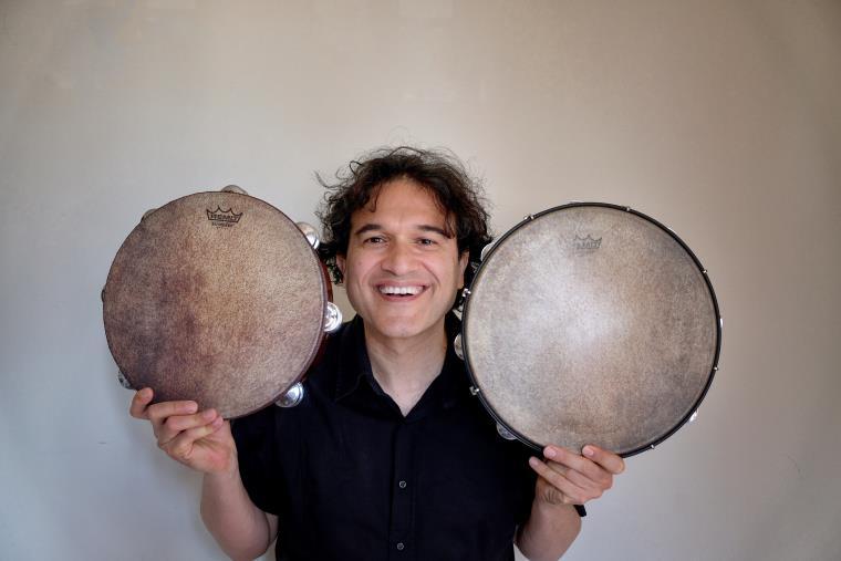 images È il reggino Massimo Cusato a pubblicare il primo manuale sul tamburello tradizionale calabrese