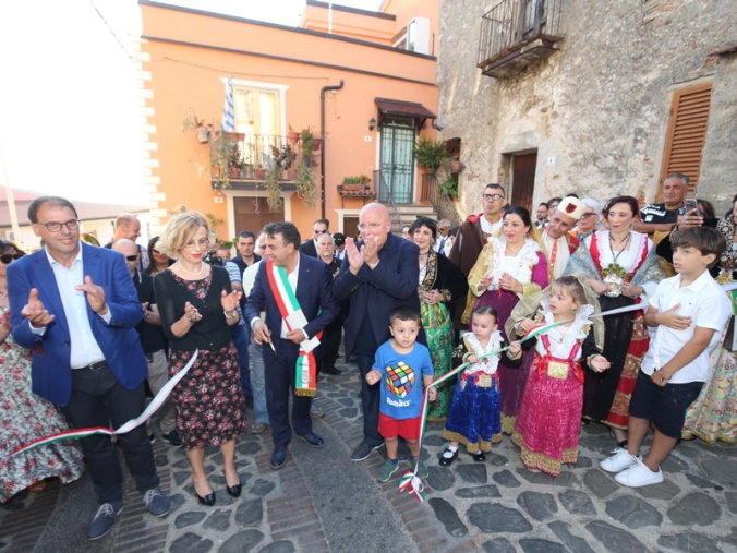 "images A Expo Arbëreshë Oliverio  annuncia: ""Altri 12 milioni per la cultura"""